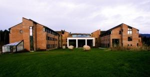 1. Høgskolen i Bø med uteareal retning Lunde