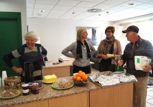 1. Marit Gjelsten og frivillig medarbeider Elsa Østman ønsker de første gjestene velkommen.
