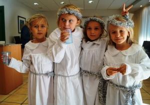 5. Charlotte, Maya, Frida og Vilda synes det er gøy med Santa Lucia.