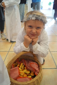 5. Maya Tvedt  byr pa lusekatter som barna har bakt pa skolen.